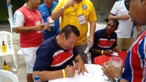 Ex-jogador Beijoca dando autógrafos aos torcedores