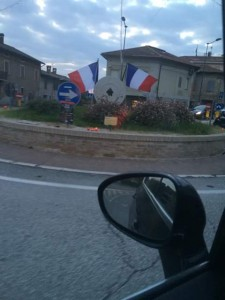 Casas na Itália, com a bandeira da França