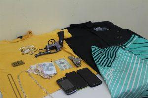 A arma usada no arrastão da Drogasil, celulares e roupas dos marginais que foram apreendidas