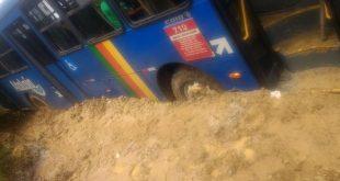Ônibus atolou  no Povoado Sobrado, no local de acesso ao Assentamento Rosa Luxemburgo na tarde de ontem