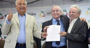 Governador entrega o projeto de lei ao presidente da Assembleia, Luciano Bispo, e ao deputado Francisco Gualberto Foto: Marcelle Cristinne/ASN   Foto: Marcelle Cristinne/ASN