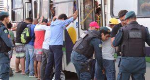 Passageiros são revistas em transporte coletivo pela PM Foto: Ascom SSP