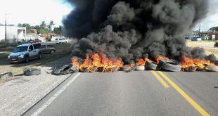 População faz manifestações em Areia Branca e Aracaju