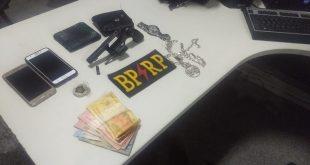 Policiais prendem dois homens por porte ilegal de arma