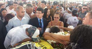 Centenas de pessoas acompanham sepultamento de Áthila Paixão