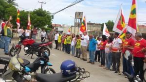 Manifestantes fazem oração em memória de trabalhadora que faleceu