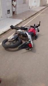 Morador entra em luta com os assaltantes e derruba a moto.