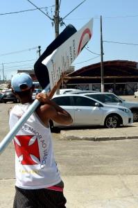 Flanelinha arranca placa de sinalização Foto: André Moreira