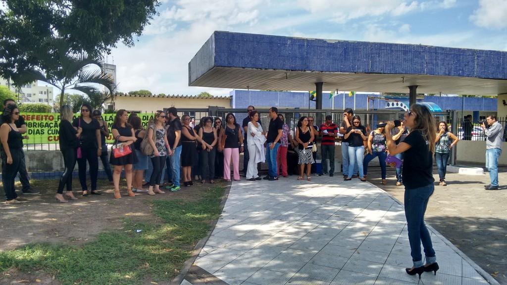 Enfermeiros pararam duas horas, hoje, e fizeram protesto em frente ao Palácio Aloísio Campos