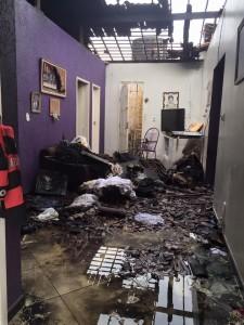Uma vela incendiou a casa, no Santos Dumont