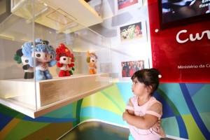 Garota refletindo sobre os Jogos Olímpicos Foto: Jorge Henrique