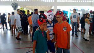 Da esquerda para direita, os adolescentes: Yuri Hora, Carlos Eduardo e João Pedro curtindo o News Geek