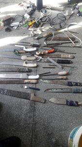 Também foram apreendidos chunchos e facas