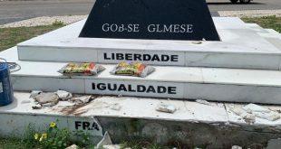 Vândalos danificaram monumento em homenagem à Maçonaria, na orla da Atalaia