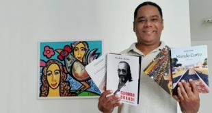 Jornalista e escritor Gilson Sousa doa livros à biblioteca da Unit